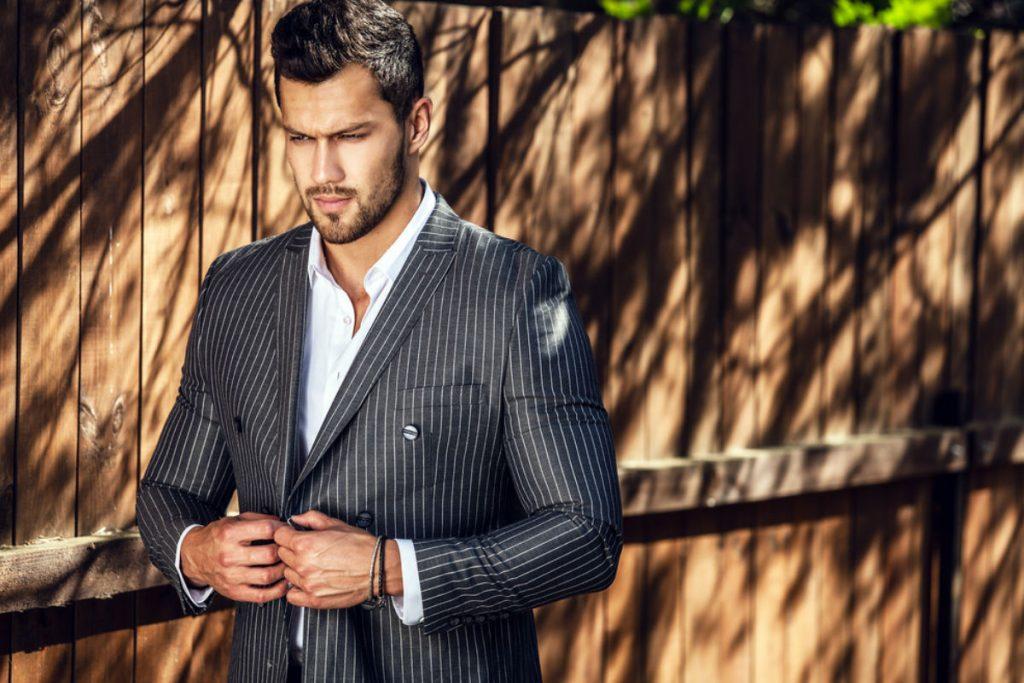 Hombre vistiendo un traje a rayas negro