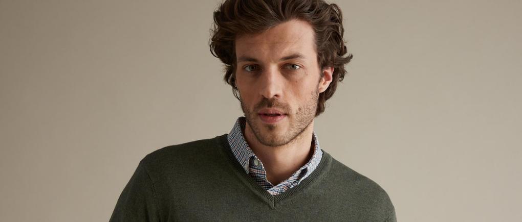 Hombre con suéter cuello v.