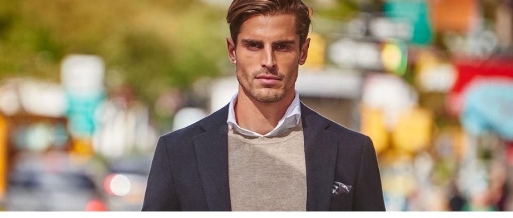 Hombre con suéter y traje.