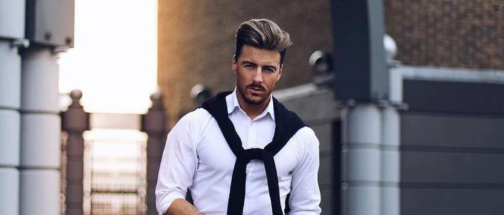 Hombre con camisa oxford blanca.